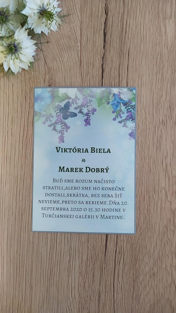 Oznámenie pozadie fialových kvetov